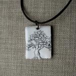 Träd med stuga smalare 150kr/st, med svart läderrem, ca 3,5x2,5cm. Art.nr: 7TRR2