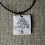 Träd med stuga 150kr/st, med svart läderrem, ca 4x3,5cm. Art.nr: 7TRR1